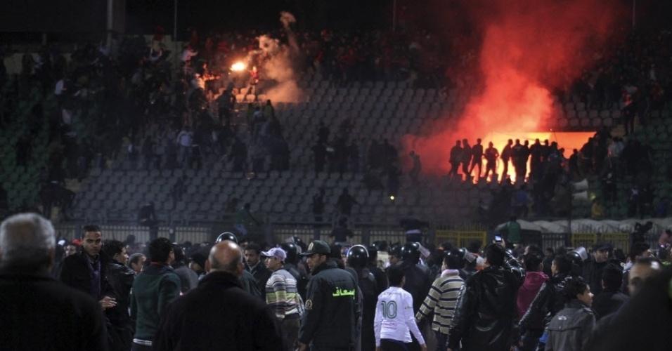 Tumulto durante partida no Egito aconteceu depois que torcedores invadiram o gramado; foto mostra fogo na arquibancada