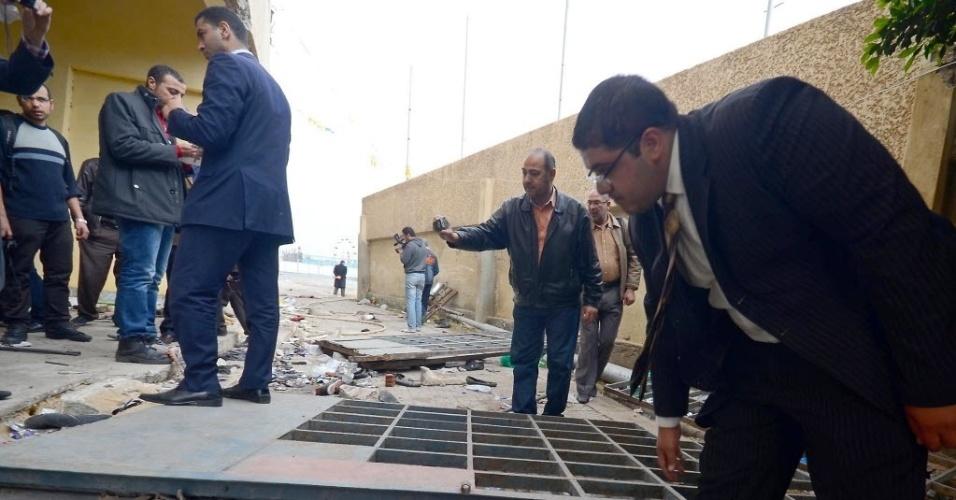 Autoridades fazem vistoria no estádio de Port Said, local da tragédia da última quarta-feira