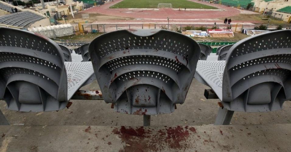 Cadeiras do estádio de Port Said ficaram sujas de sangue após o confronto da última quarta-feira