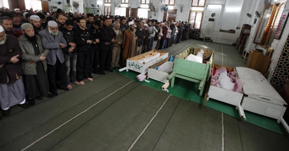 Centenas de pessoas acompanham o velório de alguma das vítimas da tragédia no estádio de Port Said
