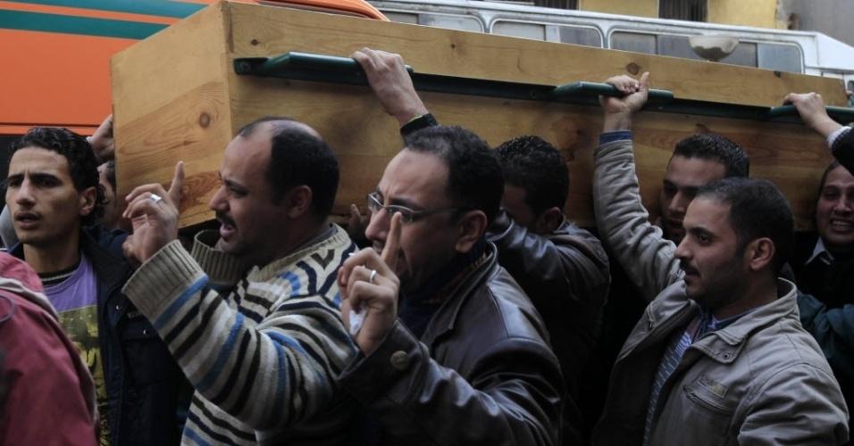 Egípcios carregam o caixão de uma das vítimas do confronto entre torcedores em uma partida de futebol no país na última quarta-feira, que deixou milhares de feridos e 74 mortos