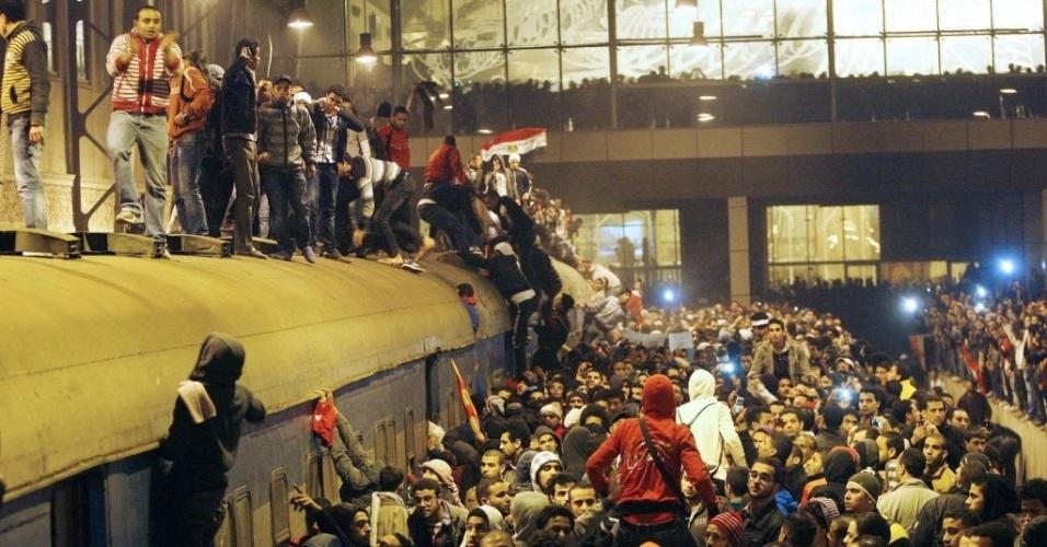 Egípcios esperam pela chegada dos feridos da tragédio no campo de futebol na última quarta-feira