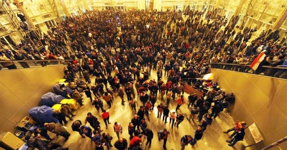Egípcios esperam pela chegada dos feridos do confronto entre as torcidas do Al-Ahly e do Al-Masry em estação de metrô do Cairo