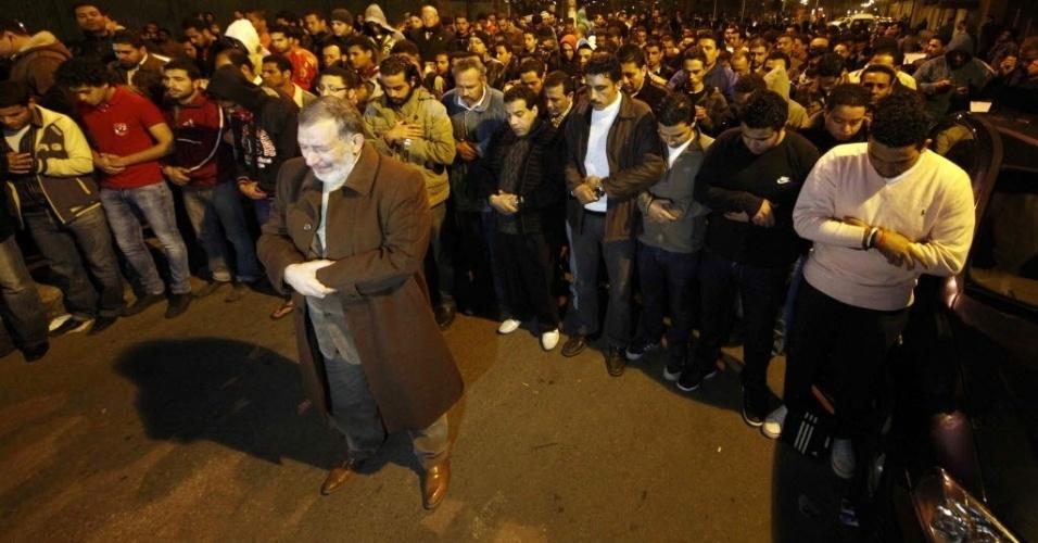 Egípcios rezam pelas vítimas da tragédia no estádio de Port Said