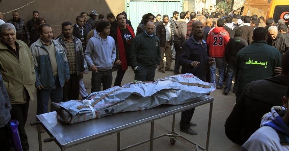 Homens se despedem de uma das vítimas da violência no estádio de futebol no Egito