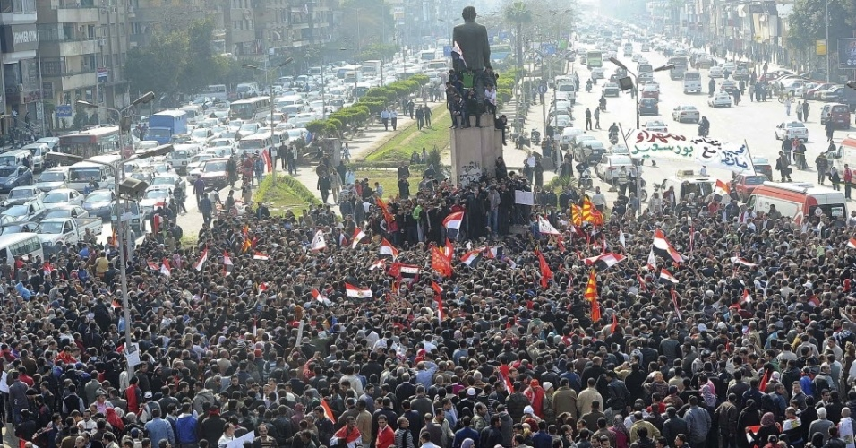Manifestantes egípcios protestam após tragédia no estádio de futebol no país na última quarta-feira