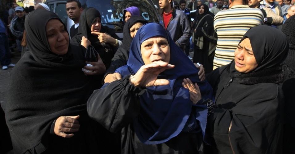 Mulheres choram durante enterro das vítimas da tragédia durante o confronto entre as torcidas do Al-Masri e do Al-Ahly no Egito