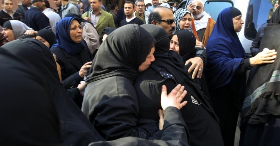 Mulheres choram durante o enterro das vítimas da tragédia no Egito