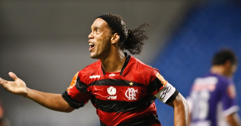 O meia Ronaldinho Gaúcho comemora gol