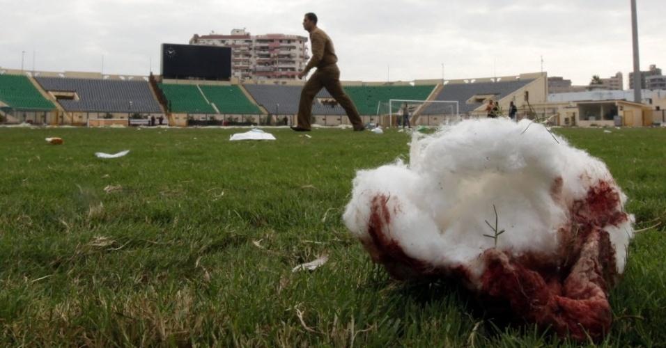 Policial observa a destruição do estádio de Port Said, no Egito