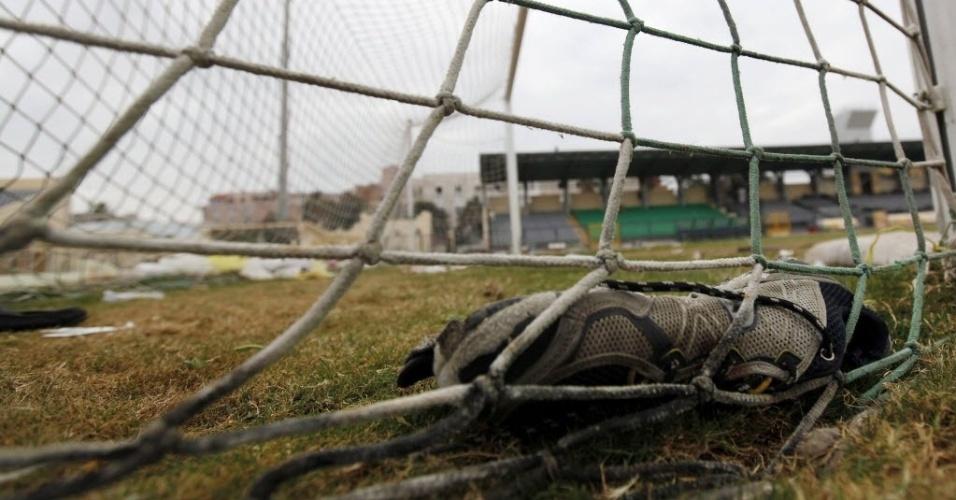 Tênis ficou perdido dentro do gol do estádio de Port Said após confronto entre os torcedores do Al-Ahly e do Al-Masry