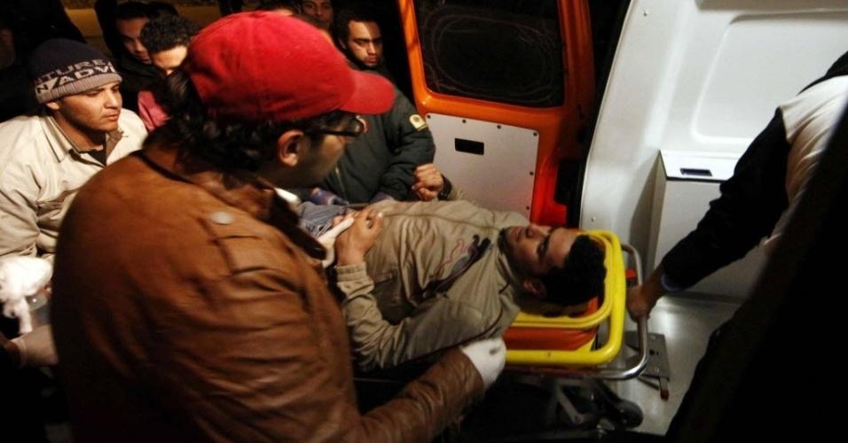 Torcedor é socorrido após confronto entre torecedores no Egito que deixou milhares de feridos e 74 mortos