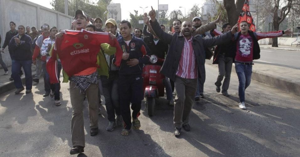 Torcedores do Al Ahly exibem camisa do time e protestam contra a violência no futebol no Egito após confronto que deixou milhares de feridos e 74 mortos na última quarta-feira
