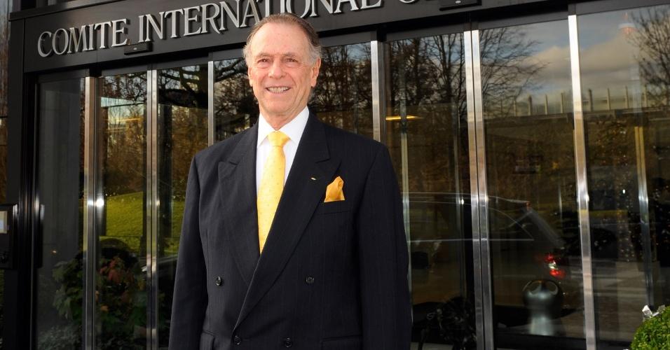Carlos Arthur Nuzman, presidente do COB, à frente da sede do COI na Suíça
