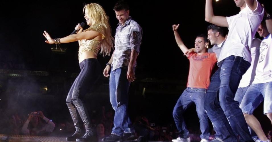 Fev.2012 - Piqué observa dança da namorada Shakira durante show em Barcelona para comemorar título da Liga dos Campeões