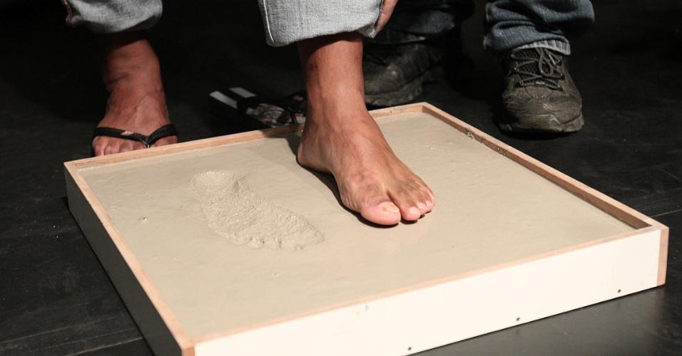 Marcelinho deixa as marcas dos pés que deram alegrias à torcida do Corinthians e que agora estão na calçada da fama