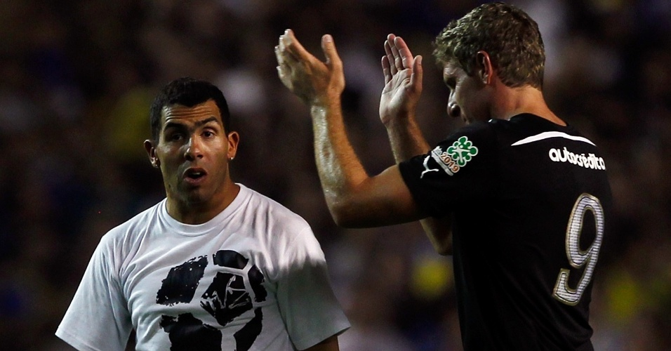 Martin Palermo aplaude Carlos Tevez durante o seu jogo de despedida, realizado na Bombonera