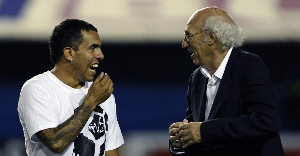 Tevez conversa com técnico Bianchi na Bombonera, local da despedida de Palermo do futebol