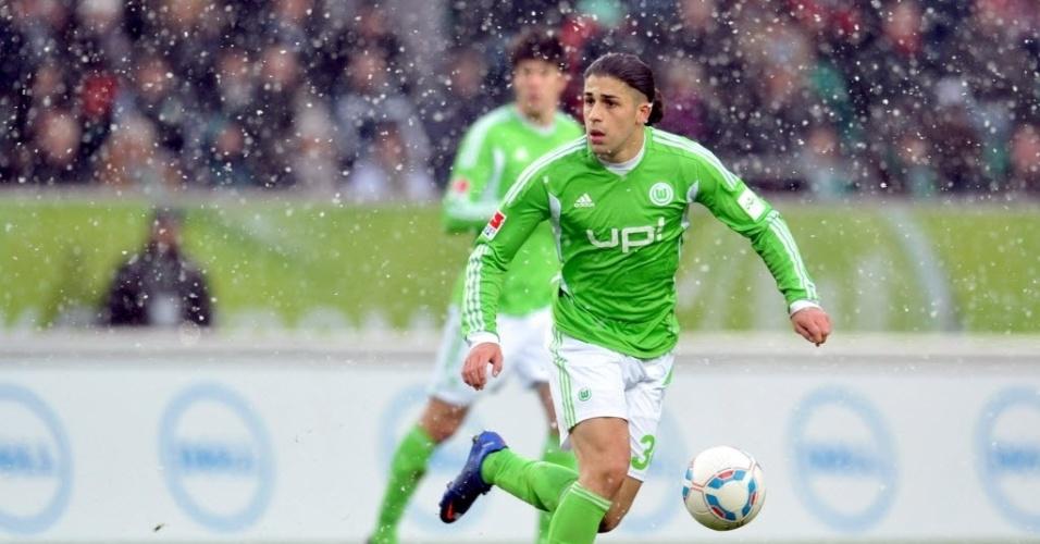 Zagueiro Ricardo Rodriguez defende o Wolfsburg em jogo disputado com neve diante do Borussia Moenchengladbach