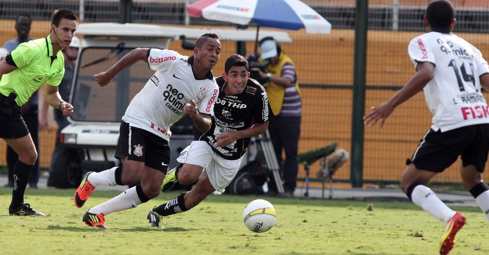 Atacante corintiano Jorge Henrique tenta arrancada na partida contra o Bragantino no Pacaembu (05/02/2012)