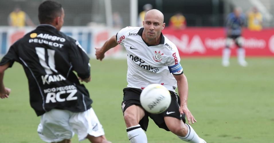 Capitão corintiano, Alessandro (d) disputa a bola com Léo Jaime, do Bragantino, em partida no Pacaembu (05/02/2012)