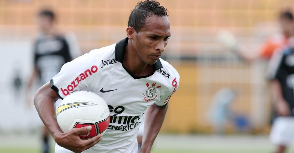 Corintiano Liedson carrega a bola na partida contra o Bragantino no Pacaembu, pela 5ª rodada do Paulistão (05/02/2012)