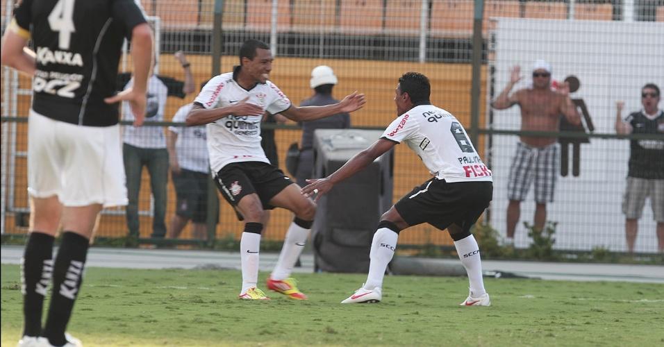 Corintiano Ramirez comemora com Paulinho o gol do Corinthians em empate por 1 a 1 com Bragantino (05/02/2012)