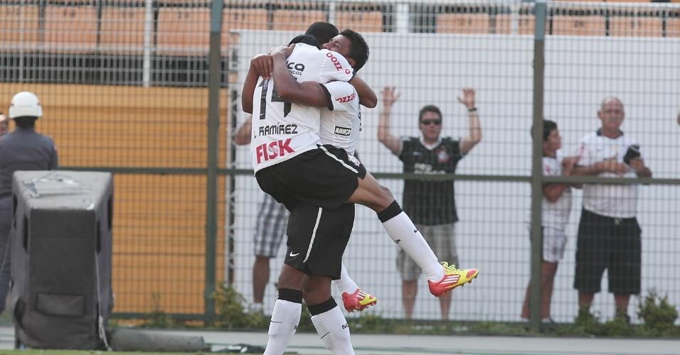 Corintianos Paulinho e Ramirez comemoram gol no empate por 1 a 1 com o Bragantino no Pacaembu (05/02/2012)