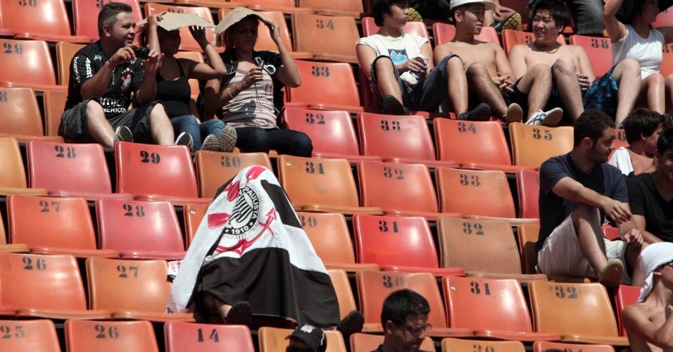 Corintianos se protegem do forte sol no Pacaembu antes da partida contra o Bragantino pela 5ª rodada do Paulistão (05/02/2012)