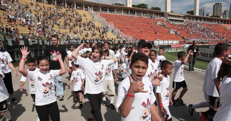 Crianças entram no Pacaembu antes do início da partida entre Corinthians e Bragantino (05/02/2012)