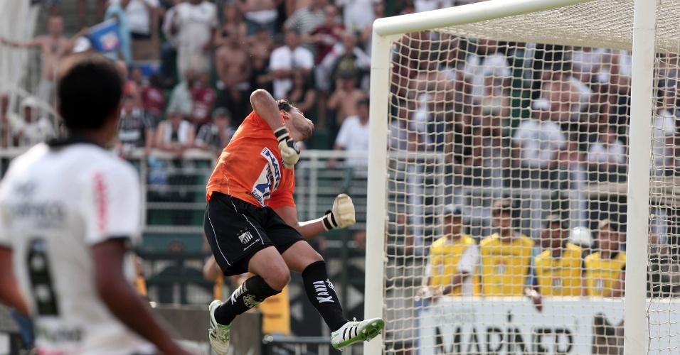 Goleiro Alê, do Bragantino, se estica e impede gol do Corinthians em partida no Pacaembu (05/02/2012)