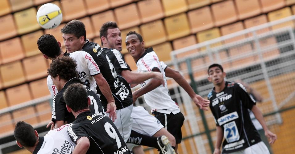 Jogadores de Corinthians e Bragantino disputam jogada aérea no Pacaembu em duelo válido pela 5ª rodada do Paulistão (05/02/2012)