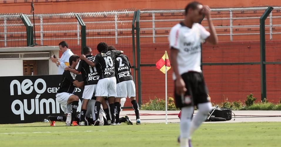 Jogadores do Bragantino comemoram gol, enquanto corintiano Liedson lamenta no Pacaembu (05/02/2012)