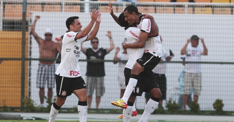Jogadores do Corinthians comemoram gol no empate por 1 a 1 com o Bragantino no Pacaembu (05/02/2012)