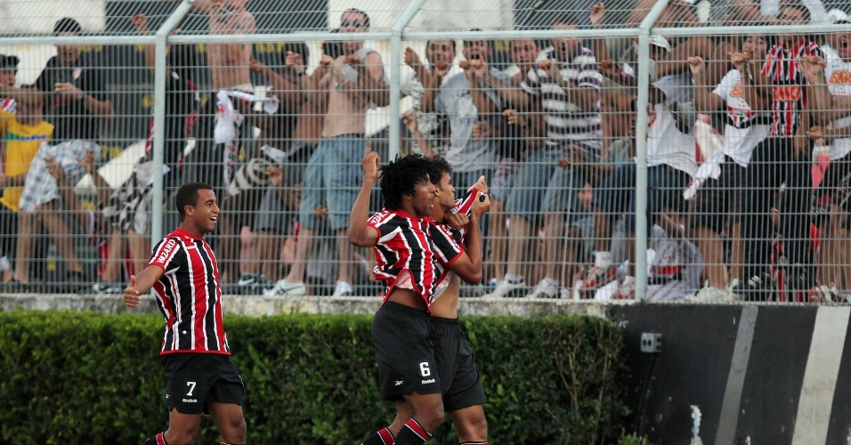 Jogadores do São Paulo comemoram com a torcida após Willian José abrir o placar contra a Ponte Preta pelo Paulistão (05/02/2012)