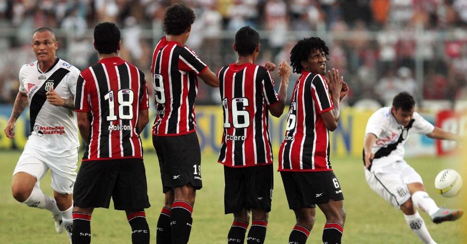 Jogadores do São Paulo se posicionam em barreira em cobrança de falta da Ponte Preta (05/02/2012)