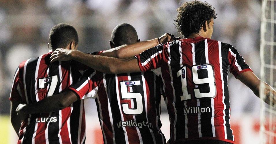 Jovens são-paulinos Lucas, Wellington e Willian José comemoram na vitória sobre a Ponte Preta por 3 a 1 pelo Paulistão (05/02/2012)
