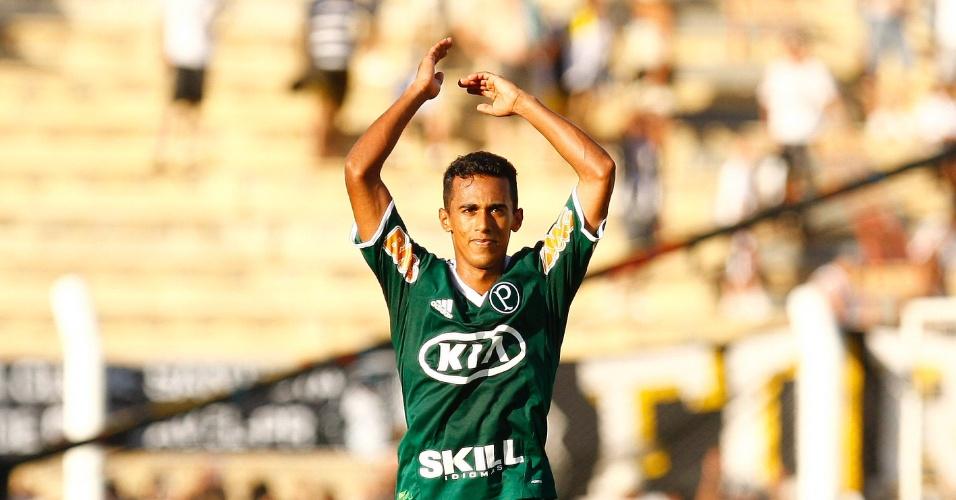 Juninho comemora ao marcar o gol da virada palmeirense contra o Santos, no dia do aniversário de Neymar (05/02/2012)