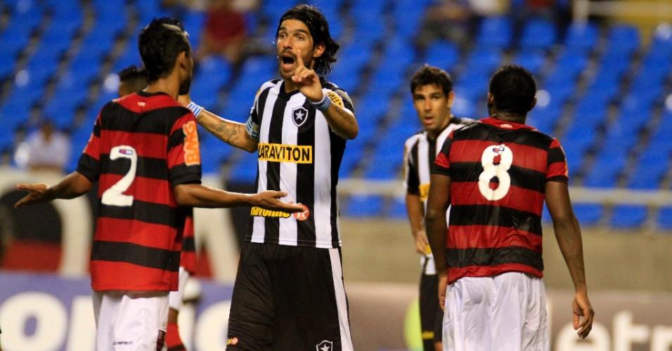 Loco Abreu e Léo Moura discutem durante o clássico Botafogo x Flamengo