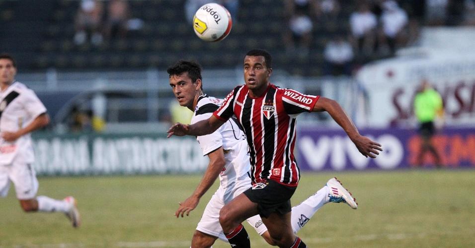 Lucas tenta levar o São Paulo ao ataque na partida contra a Ponte Preta pela 5ª rodada do Paulistão (05/02/2012)