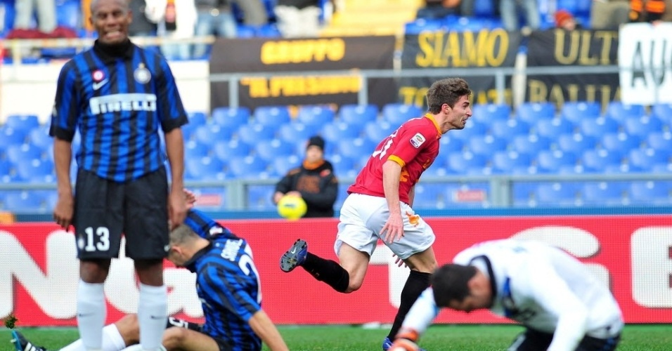 Maicon, Samuel e Julio César lamentam gol sofrido por Borini, na derrota da Inter para a Roma por 4 a 0