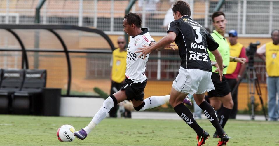 Marcado por Murilo (d), corintiano Liedson tenta lançamento na partida do Corinthians contra o Bragantino (05/02/2012)