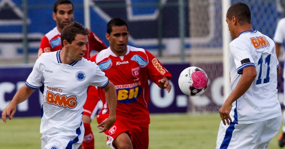 Montillo e Wellington Paulista tenta tabelinha durante jogo do Cruzeiro contra o Guarani-MG