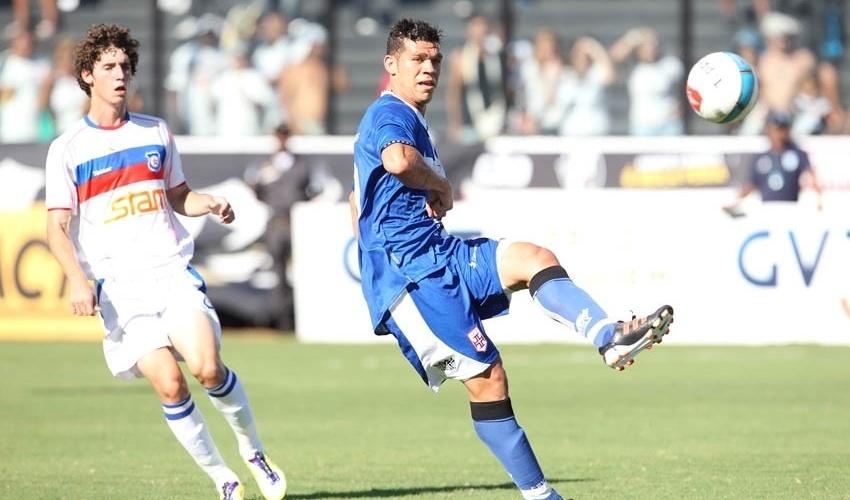 Nilton toca a bola durante vitória do Vasco contra o Friburguense
