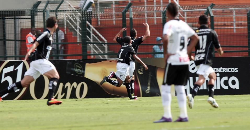 Observados por corintiano, jogadores do Bragantino comemoram gol em partida no Pacaembu, pela 5ª rodada do Paulistão (05/02/2012)