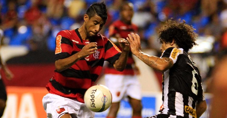 Os laterais Léo Moura e Márcio Azevedo disputam a bola durante o clássico Botafogo x Flamengo