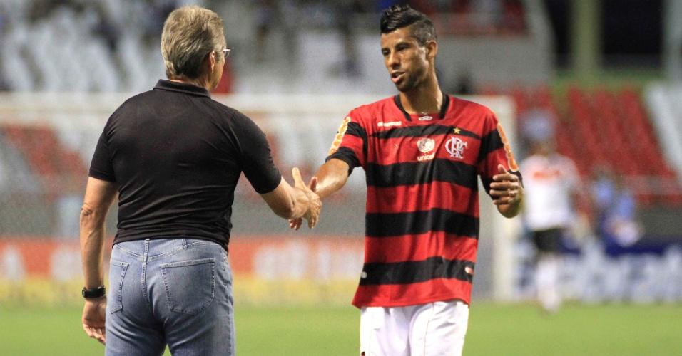 Oswaldo de Oliveira, técnico do Botafogo, conversa com Léo Moura, lateral do Flamengo, durante clássico