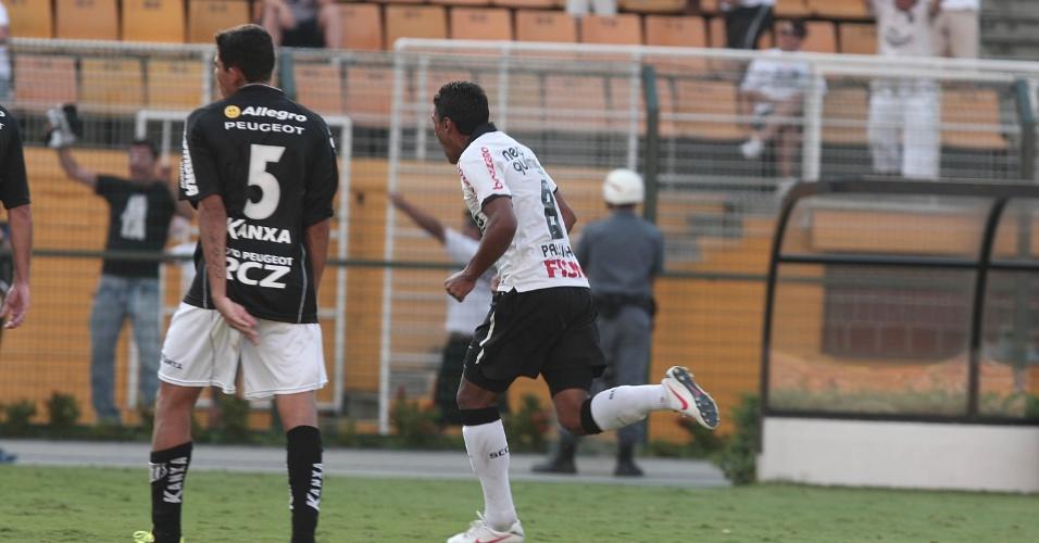 Paulinho comemora gol de Ramirez na partida do Corinthians contra o Bragantino no Pacaembu (05/02/2012)