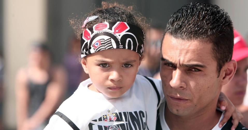 Pequena corintiana vai uniformizada ao Pacaembu para acompanhar partida contra o Bragantino (05/02/2012)