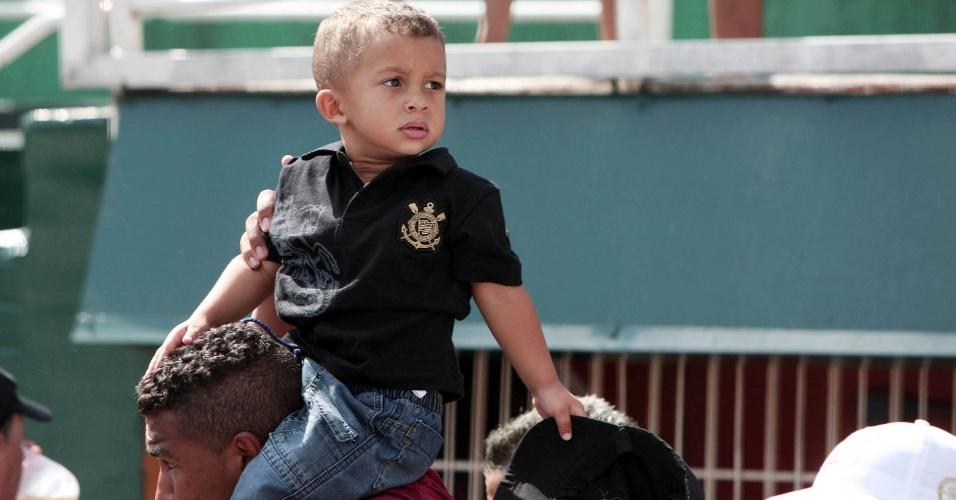 Pequeno corintiano é levado ao Pacaembu para partida contra o Bragantino pelo Paulistão (05/02/2012)